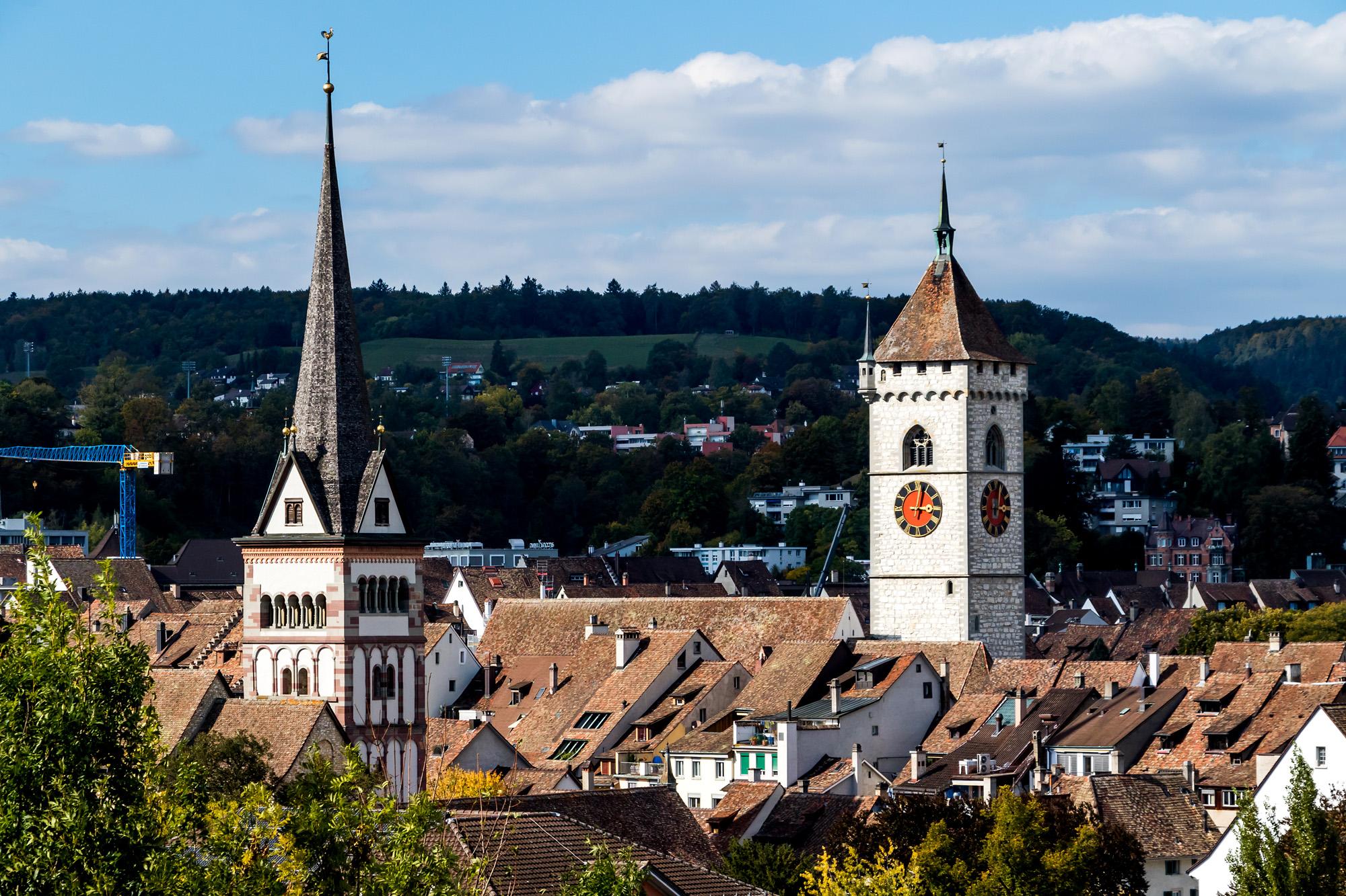 Turmparade von Schaffhausen. Rechts derjenige der Kirche St. Johann, links davon der romanische Turm des Münsters zu Allerheiligen, erbaut um das Jahr 1200. Die zugehörige Benediktinerabtei war für die Geschicke und Erfolge der Stadt lange Zeit mitbestimmend
