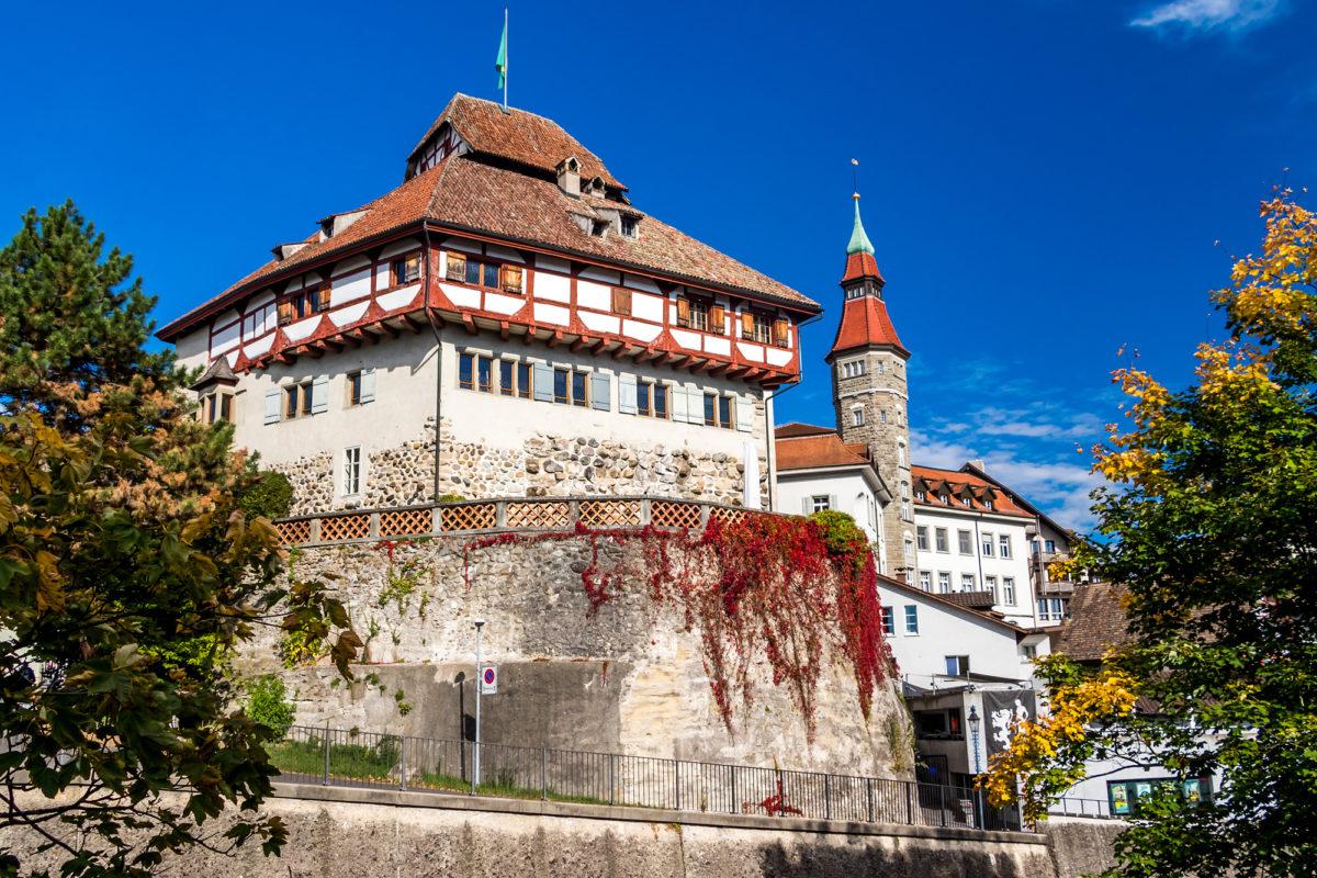 Schloss Frauenfeld, dahinter der Turm des Rathauses