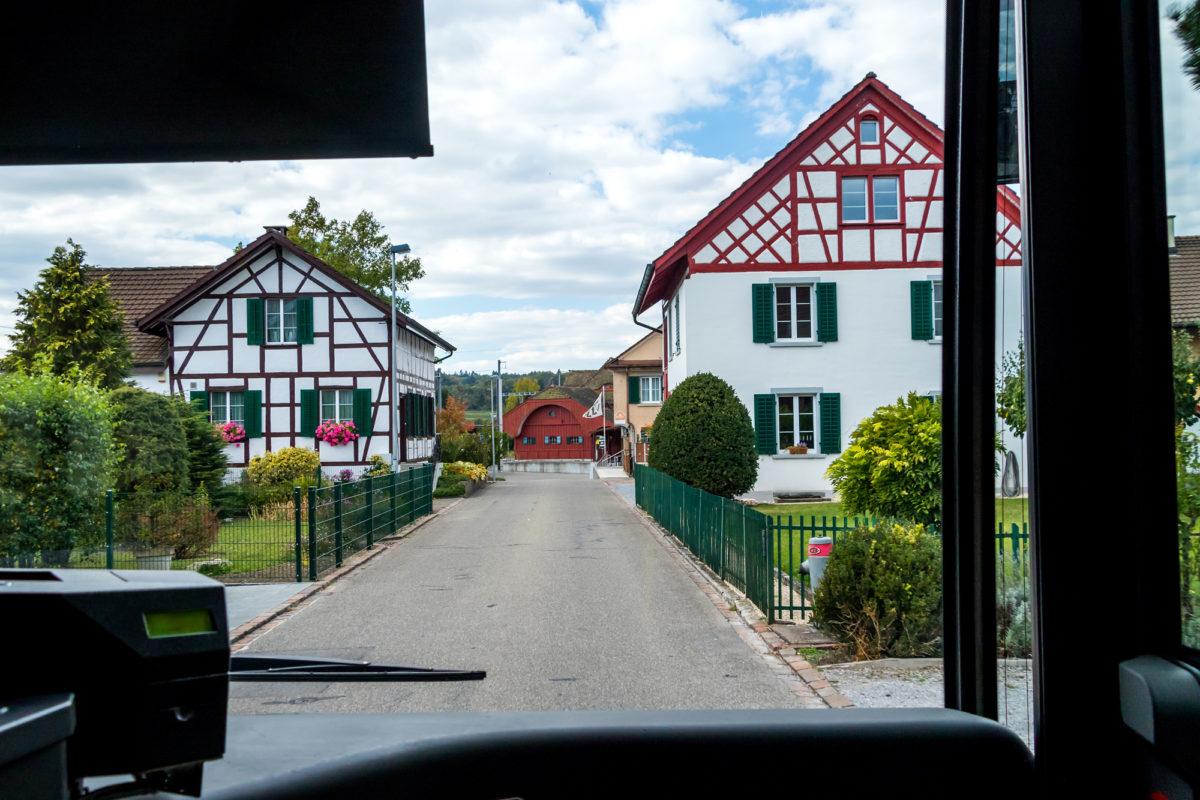 ...und damit in Richtung Rheinfall gerauscht. Hier bei der Anfahrt zum Bahnhof Dachsen
