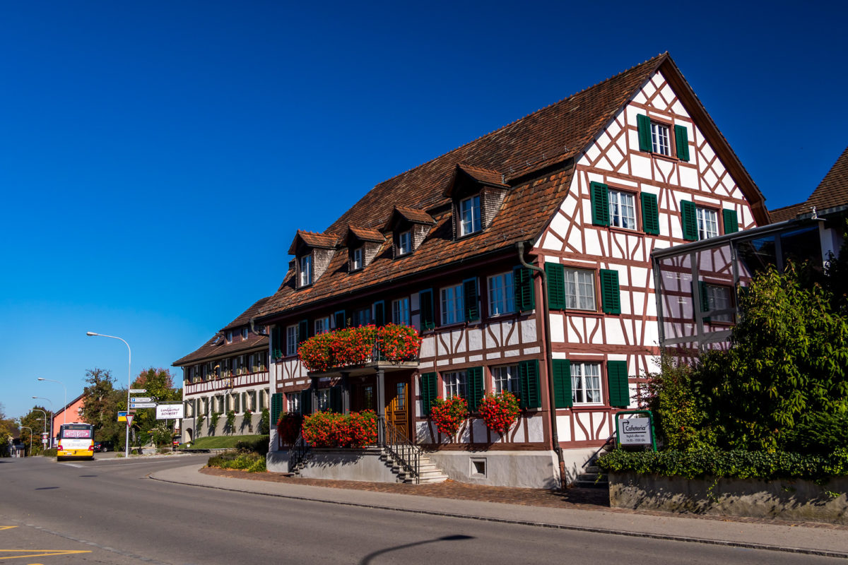 Dieser grosszügige Altbau aus dem Jahr 1804 beheimatet heute ein Alters- und Pflegeheim. Im Hintergrund wartet bereits mein Bus nach Ossingen