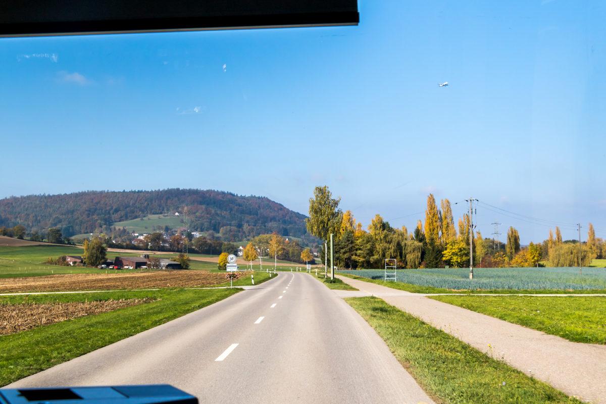 Unterwegs im einstigen Sumpfgebiet - und unter der Anflugschneise auf Zürichs Flughafen!
