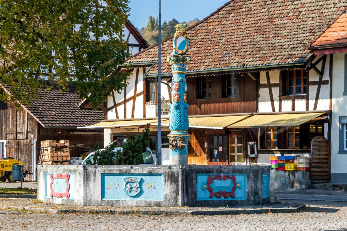 Der schmucke Dorfbrunnen von Stadel