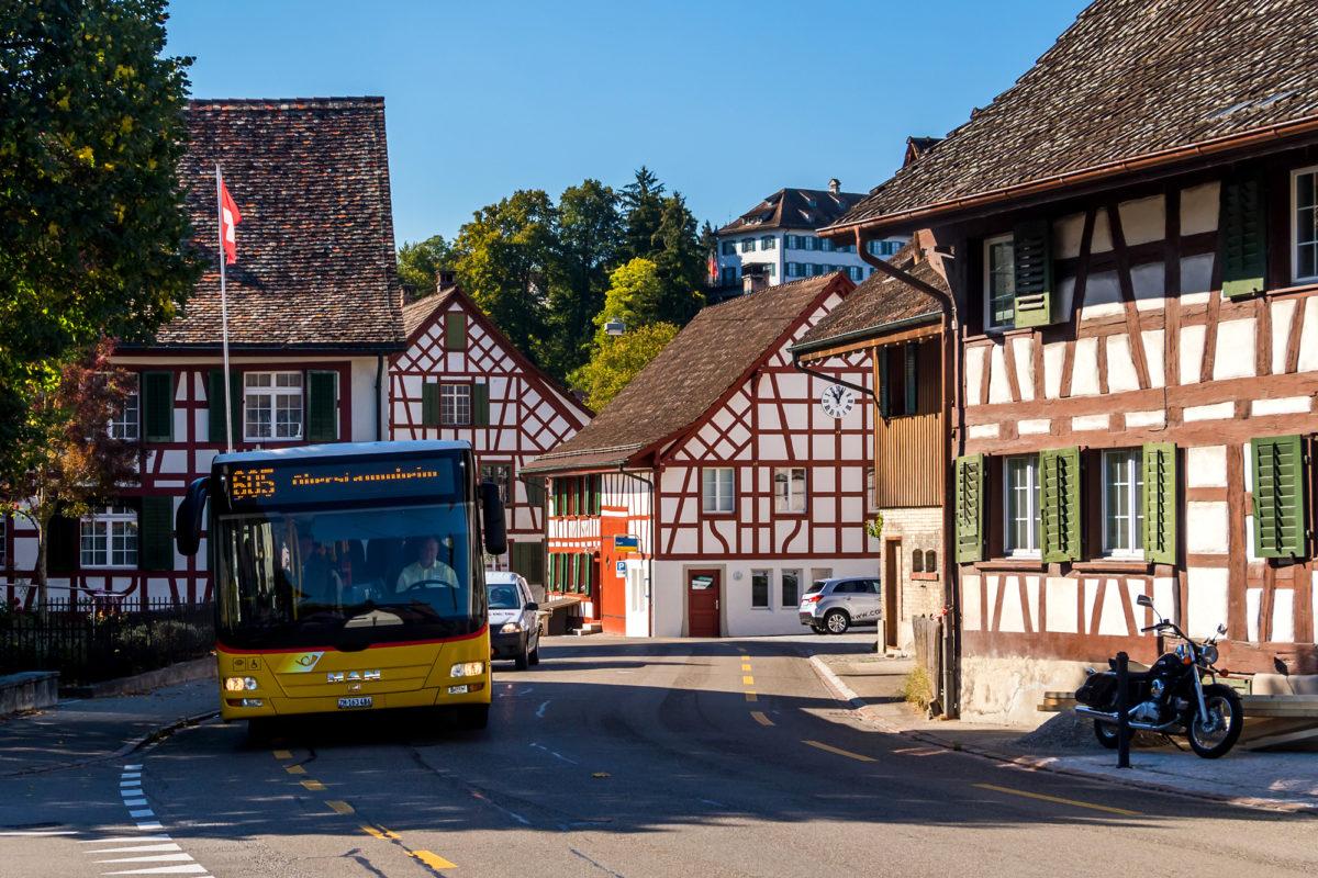 Mitten durch die Fachwerkbauten von Kleinandelfingen führt Kurs 605 nach Stammheim (ZH)