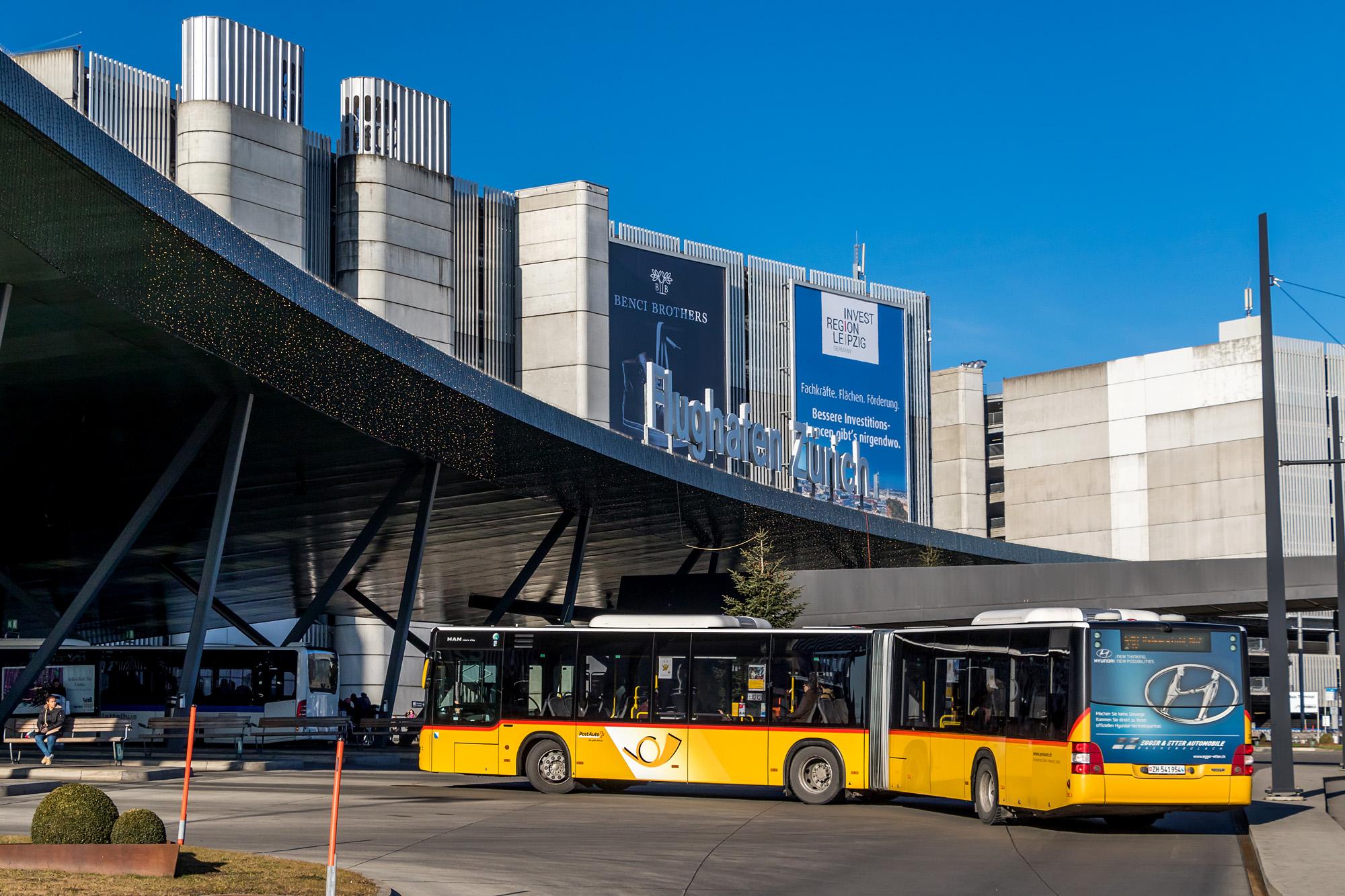 Auch zum Flughafen gelangt man per Postauto - der Zürcher Airport ist gar einer der grössten Bus-Knotenpunkte der Schweiz!