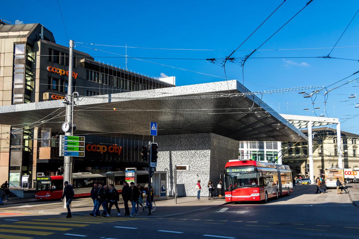 """Der """"Pilz"""" am Bahnhof Winterthur: Leider kein Revier des Postautos"""