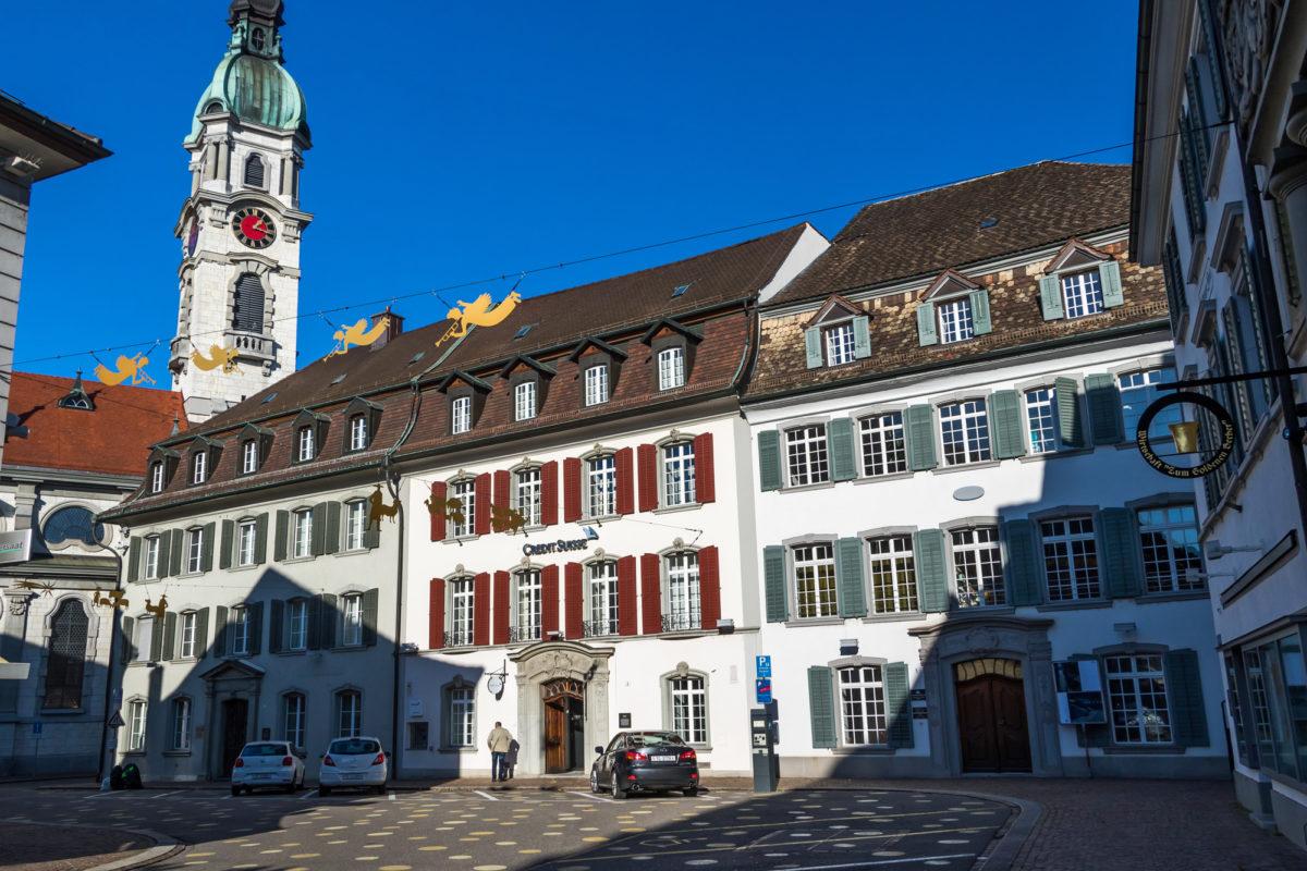 Am Bankenplatz in Frauenfeld, am Fusse der Stadtkirche St. Nikolas, zeigt sich in eine schmucke Häuserzeile eingebettet das Bernerhaus (rechts) - die Unterkunft der einstigen Gesandten des Kantons Bern, erbaut 1771
