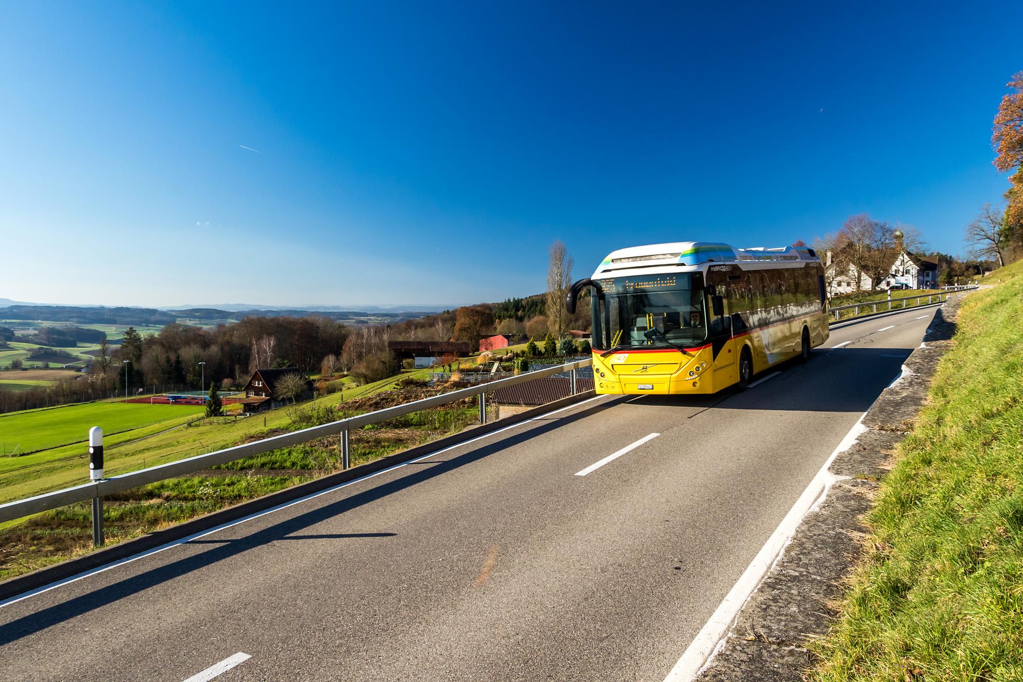 Auf aussichtsreichen Strassen unterwegs: Der zwischen Stein am Rhein und Frauenfeld verkehrende Hybrid-Volvo passiert das ehemalige Zisterzienserinnenkloster Kalchrain - seit über einem Jahrhundert eine Straf- und Erziehungsanstalt