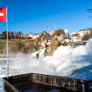 Tosende Naturgewalt: Der Rheinfall am Fusse des Schloss Laufen