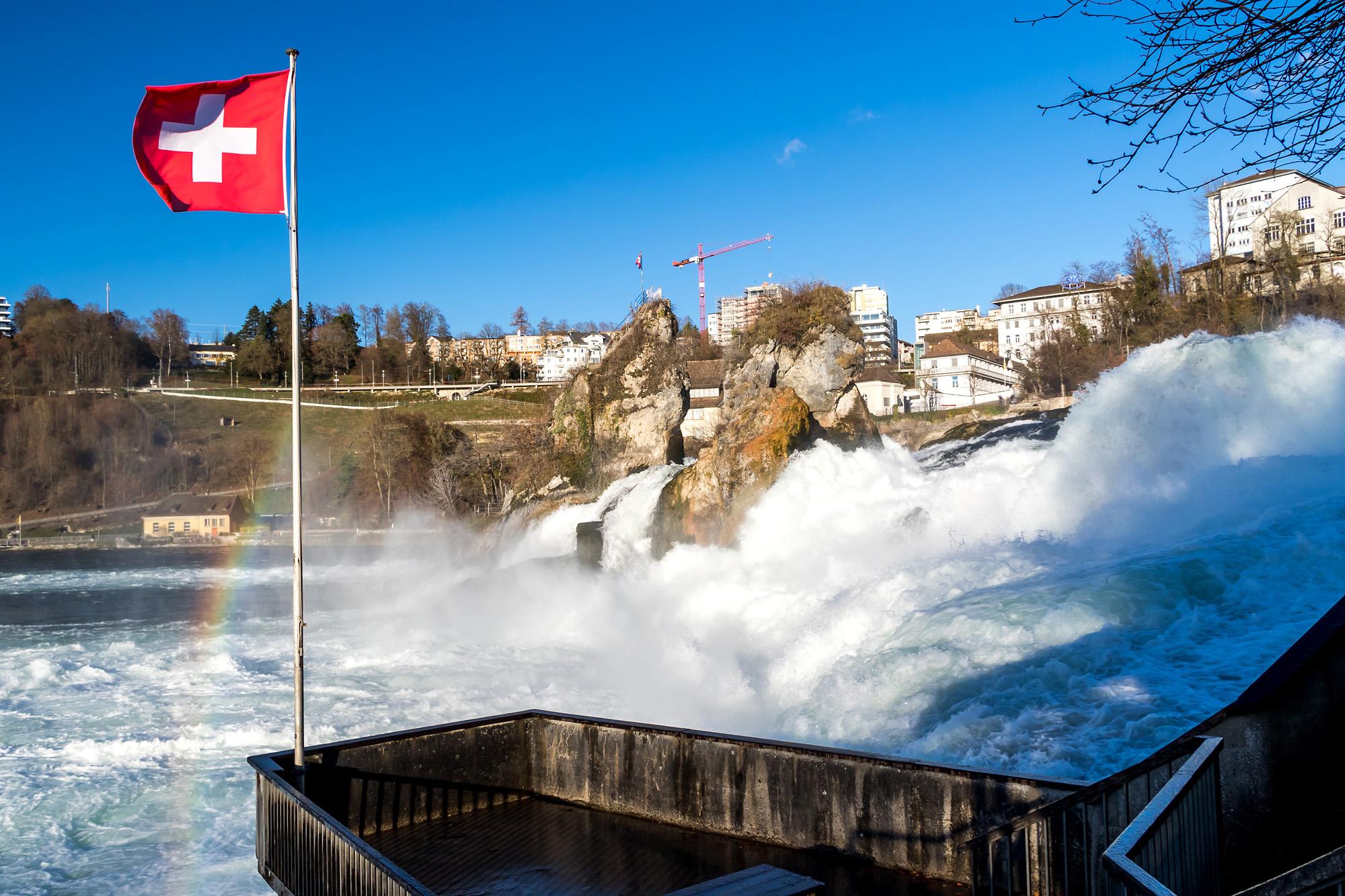 Tosende Naturgewalt: Der Rheinfall am Fusse des Schloss Laufen (ZH)