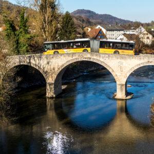 Auf historischen Pfaden unterwegs: Der Gelenkbus müht sich über die 1808 erbaute, alte Tössbrücke in Freienstein