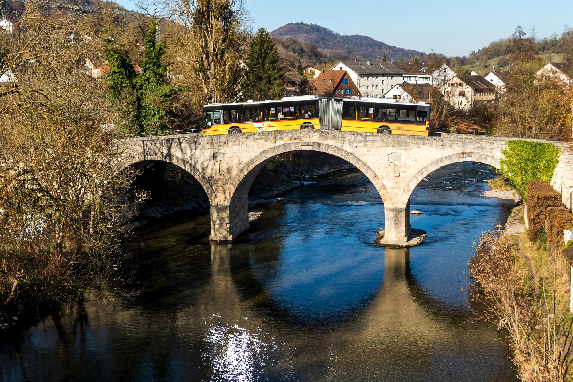 Auf historischen Pfaden unterwegs: Der Gelenkbus müht sich über die 1808 erbaute, alte Tössbrücke in Freienstein (ZH)