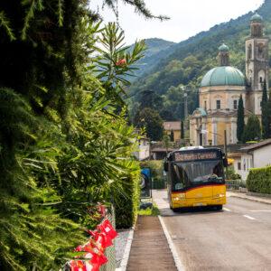 Die eindrückliche Kirche von Riva (TI), mit dem nächsten Postauto-Kurs aus Arogno